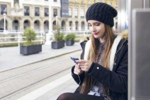 Una mujer consulta las redes sociales en su móvil